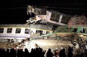 Equipos de rescate en el lugar donde chocaron dos trenes en Szczekociny (Polonia), accidente en el que han muerto 6 personas y más de 60 están heridas. EFE