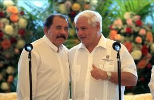 El presidente de Nicaragua, Daniel Ortega, abraza a su homologo de Panamá, Ricardo Martinelli, en la casa de los pueblos en Managua. EFE