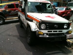 Choque entre ambulancia y autobús provoca caos vial en San José. CRH