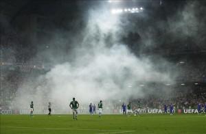 Fanáticos de la selección croata lanzan bengalas que llenan la cancha de humo durante el partido de la Eurocopa (Grupo C) ante Irlanda, disputado en el estadio municipal de Poznan (Polonia). EFE