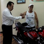 En la actividad se aprovechó para entregar el gran premio rifado entre los corredores, una motocicleta UM modelo Falcon 2011, ganada por Joaquín Moya Barquero. CRH