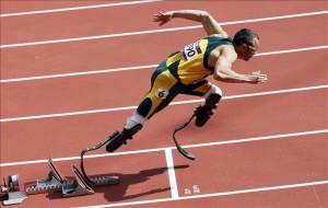 El sudafricano Óscar Pistorius (c), primer atleta amputado que participa en unos Juegos Olímpicos, compite en una de las rondas clasificatorias de la prueba de 400 metros de Londres 2012, en Reino Unido, hoy, sábado 4 de agosto. EFE