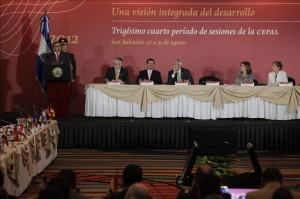 El presidente de El Salvador, Mauricio Funes (i), durante la inauguración de la reunión bienal de sesiones de la Comisión Económica para América Latina y el Caribe (CEPAL), en San Salvador (El Salvador).EFE