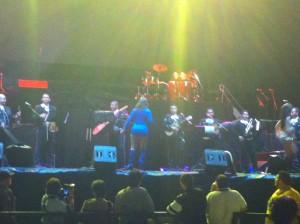 Artistas nacionales abren concierto de Chente. La primera en abrir fue Rina Vega quien con varios de sus éxitos deleitó al público asistente.