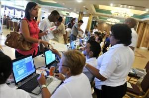Asesores atienden a varios aspirantes durante una feria de empleo en Ciudad de Panamá.EFE