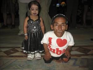 El hombre y la mujer más pequeños del mundo, el nepalí Changa Bahadur Dangi, de 72 años y 54,6 centímetros de altura, y la india Jyoti Amge, de 19 años y 62,8 centímetros de estatura, se han encontrado este fin de semana en Katmandú.EFE
