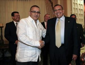 Fotografía cedida por la Presidencia de El Salvador que muestra al presidente salvadoreño, Mauricio Funes, junto a su homólogo de Honduras, Porfirio Lobo .