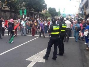 Las oficiales siguieron atentas el desarrollo de la marcha.