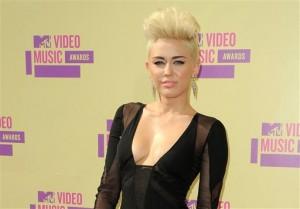 Miley Cyrus en los MTV Video Music Awards en Los Angeles en una fotografía del 6 de septiembre de 2012. Cyrus está trabajando duro en su nuevo disco, aunque no tiene fecha de lanzamiento, pues espera tener tiempo para disfrutar su vida de casada. (Foto Jordan Strauss/Invision/AP, archivo)