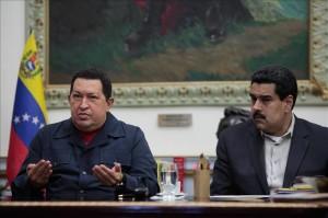 El presidente de Venezuela, Hugo Chávez (i), acompañado del vicepresidente Nicolás Maduro. Archivo EFE