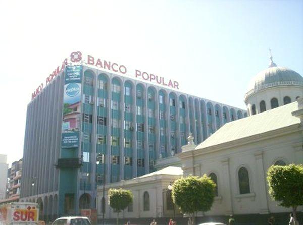 Unos empleados p blicos recibir n for Oficinas banco popular malaga