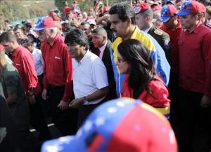El presidente de Bolivia, Evo Morales (3i), y el vicepresidente venezolano, Nicolás Maduro (c), se unen a los cientos de personas que despiden el cuerpo de Hugo Chávez, en Caracas. EFE