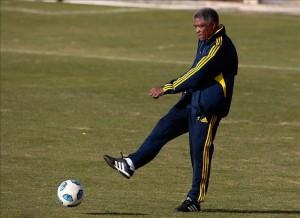 Fotografía tomada en julio de 2011 en la que se registró al entrenador de fútbol colombiano Francisco Maturana, quien sufrió un accidente de transito del que salió ileso en Medellín (Colombia). EFE/Archivo