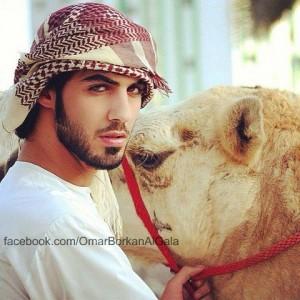 """Omar Borkan al Gala quien fue expulsado de su país, Arabia Saudita, por ser considerado """"demasiado guapo"""". Foto tomada del Facebook."""