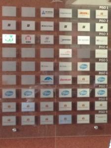 En el primero piso se aprecian los logos de todas las empresas. El logo de OAS está en la parte superior a la izquierda.