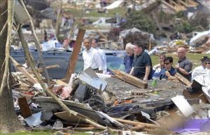 El presidente de EE.UU., Barack Obama, recorre la zona devastada el pasado lunes por un tornado en Moore (Oklahoma, EE.UU.), donde aseguró que la ayuda del Gobierno para las víctimas estará disponible hasta que se haya completado la reconstrucción. EFE