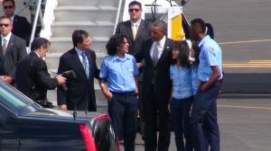 Obama con los cuatro estudiantes destacados que lo recibieron en la pista de aterrizaje. Juntos a ellos, Franklin Chang. CRH