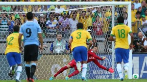 Forlán perdió el penal. Foto FIFA