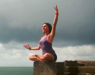 En la imagen, la Instructora de yoga Cynthia Rodríguez. Foto con fines ilustrativos.
