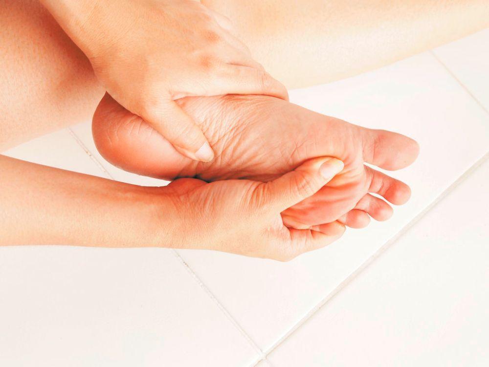 se me hinchan las manos ylos pies y me pican