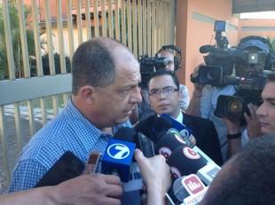 Luis Guillermo Solís habló con la prensa en su casa. Foto CRH