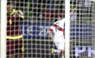 El delantero peruano Claudio Pizarro fue registrado este jueves al celebrar un gol anotado a la selección Venezuela, durante un partido del Grupo C de la Copa América de Chile 2015, en el Estadio Elías Figueroa Brander de Valparaíso. EFE