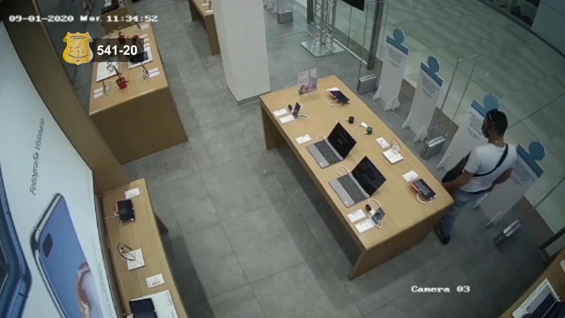 Video: Escondió computadora en su pantalón para robarla